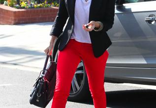 Джессика Альба в красных брюках