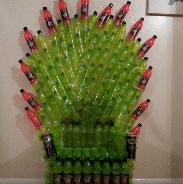 Железный трон из пластиковых бутылок