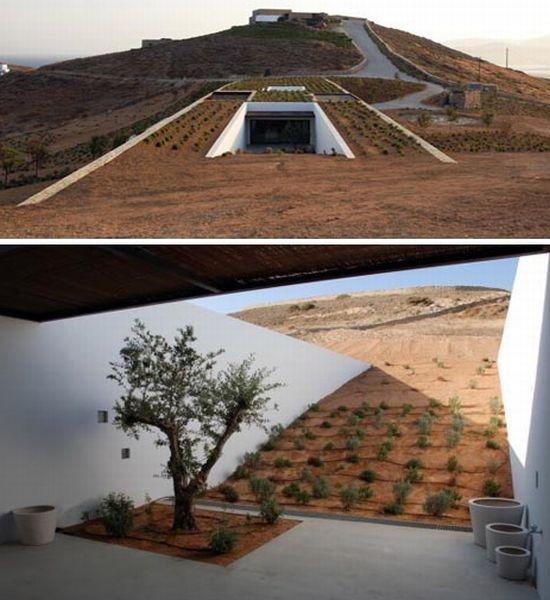 Дом в пустыне среди холмов