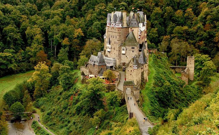 Замок Эльц в лесу