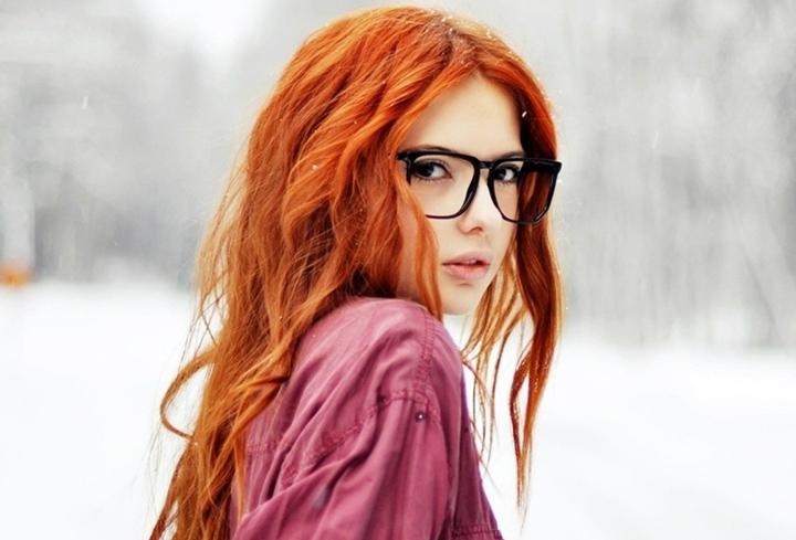 Девушка в диоптрийных очках