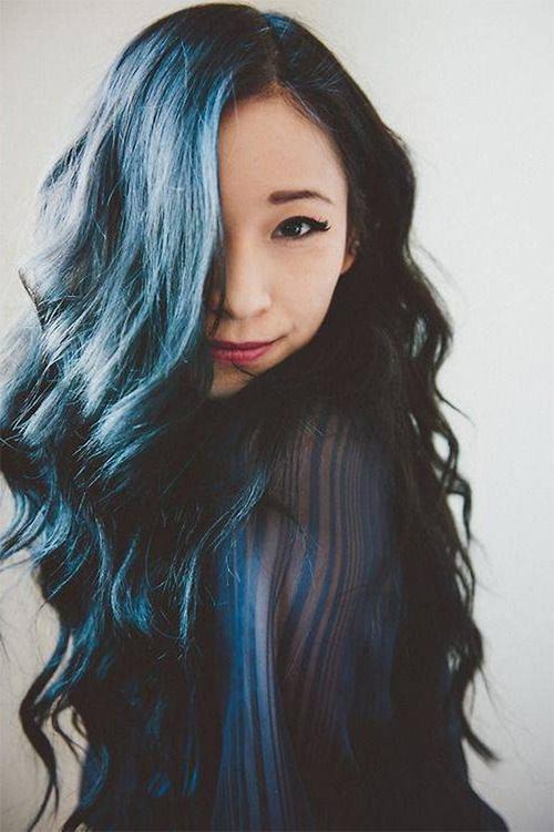 Девушка с темно-синими волосами