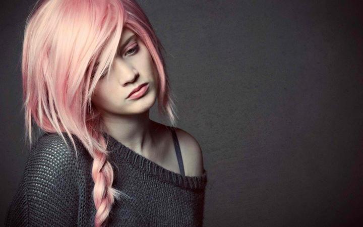Волосы нежного розового цвета