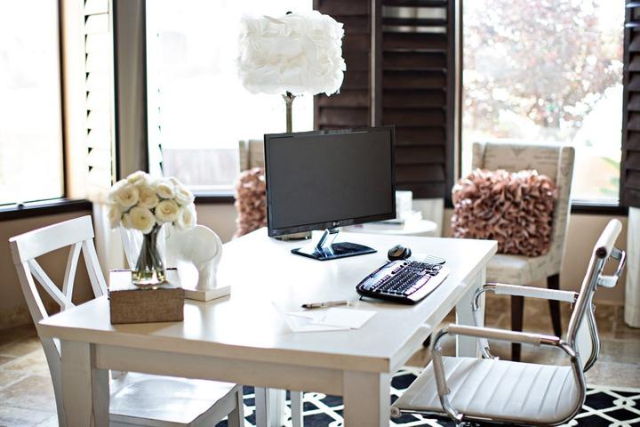 Домашний офис девушки-фрилансера