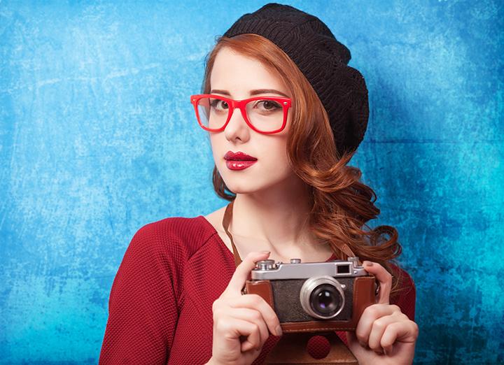Стильная девушка с очками