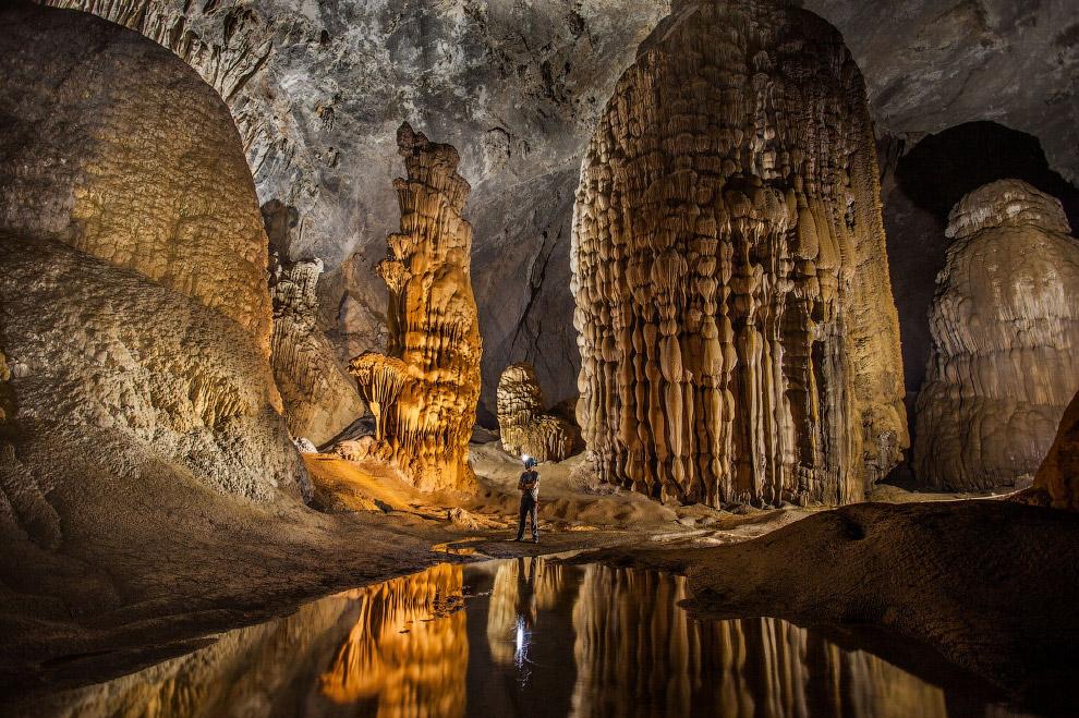 Огромные сталактиты в пещере