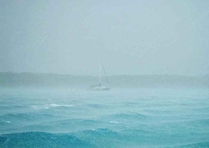 Лотка на штормовом озере