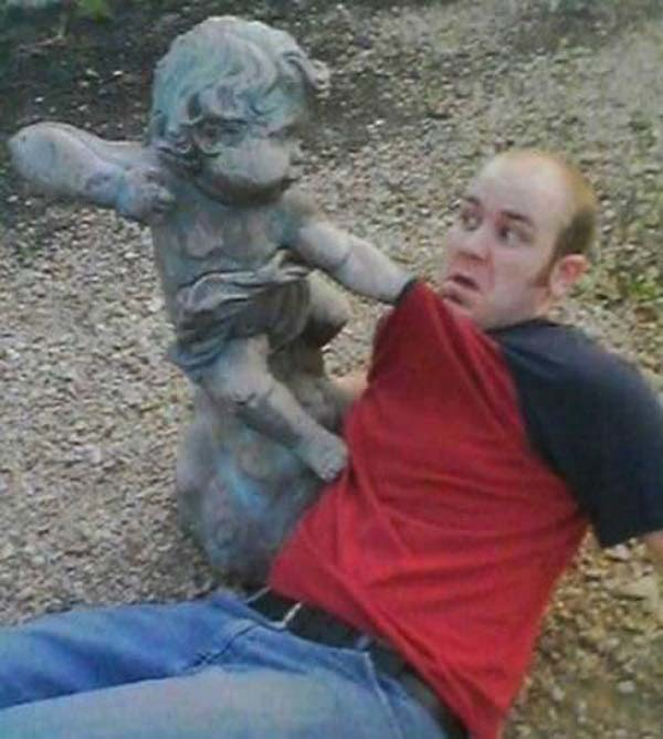 Смешные фото со статуями 10