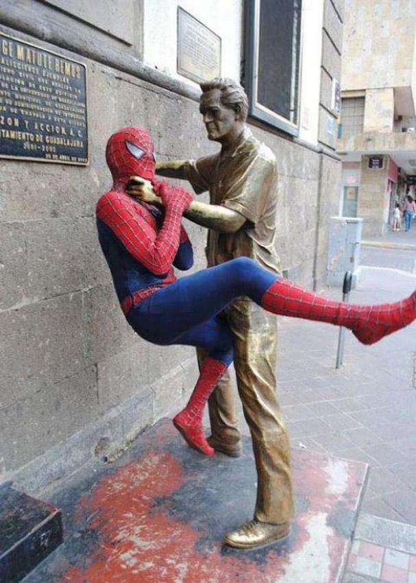 Смешные фото со статуями 12