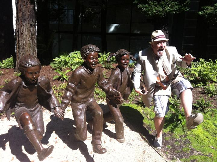 Смешные фото со статуями 14