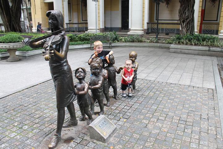 Смешные фото со статуями 15