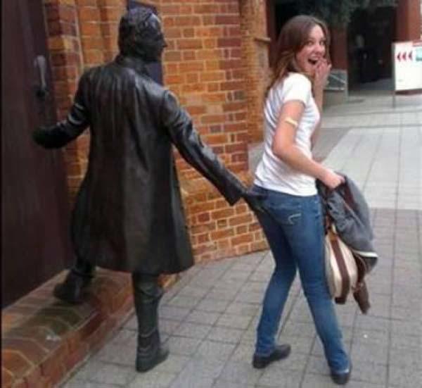 Смешные фото со статуями 5