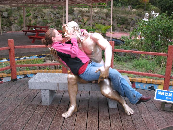 Смешные фото со статуями 7
