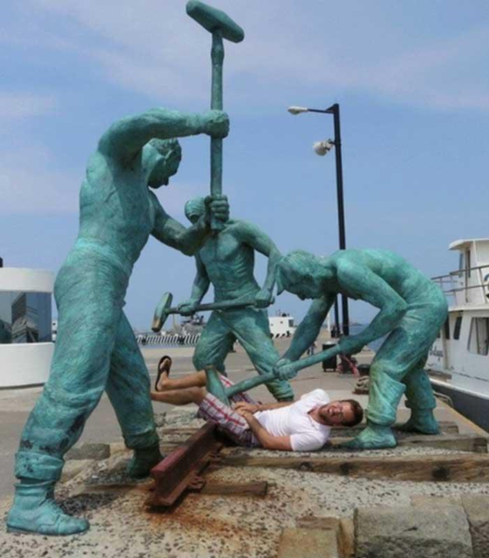 Смешные фото со статуями 8