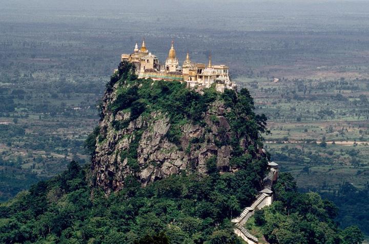 храм Таунг Калат на горе
