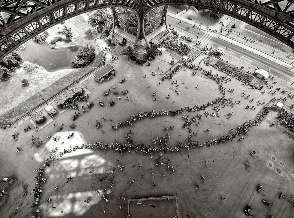 изогнутая очередь под Эйфелевой башней