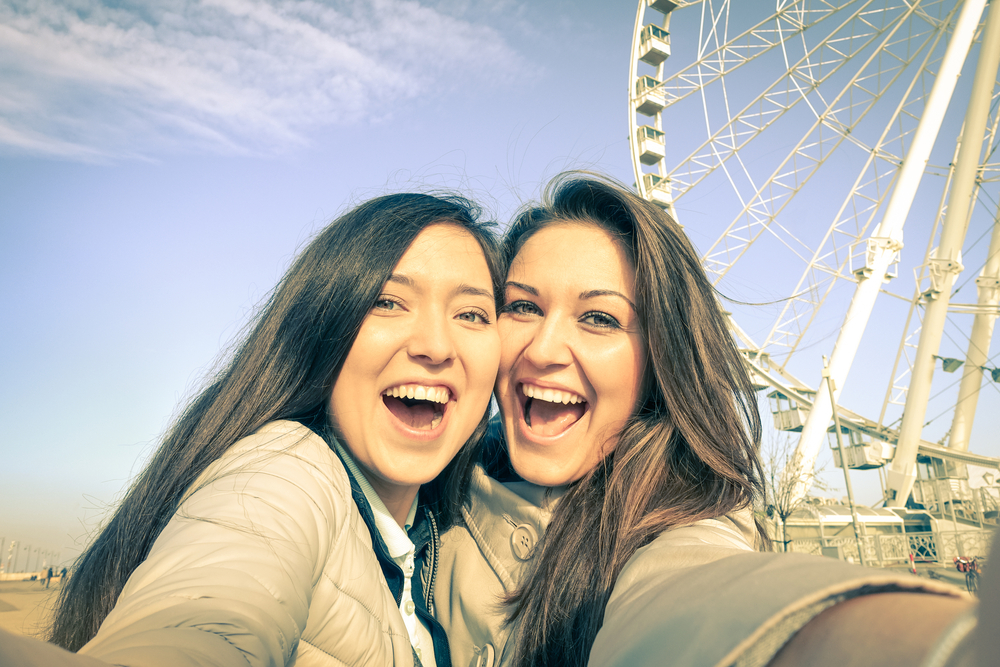 Девушки на фоне лондонского колеса обозрения