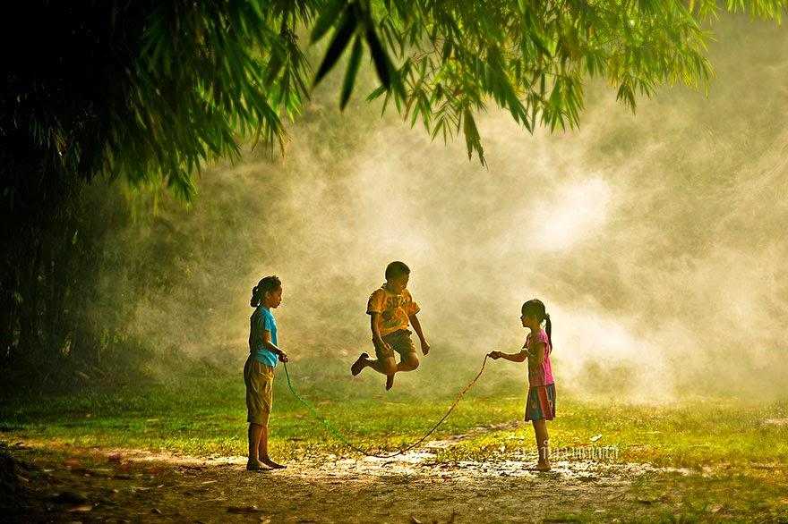 Дети играют на природе 2