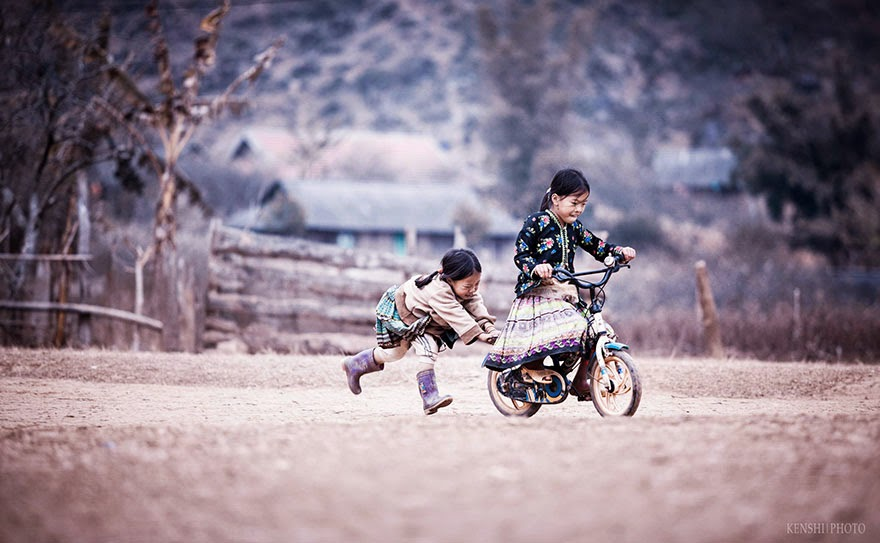 Дети играют на природе 4