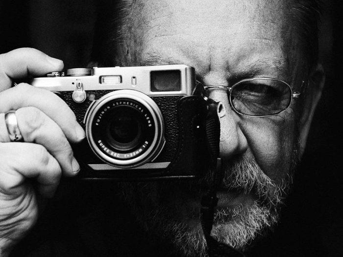 Пожилой фотограф