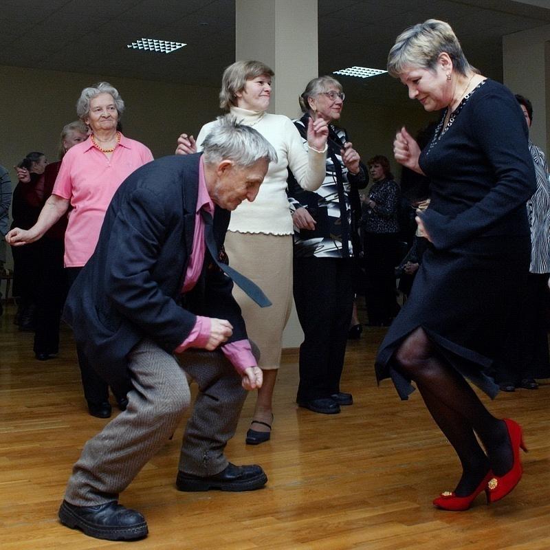 Старики танцуют на танцполе
