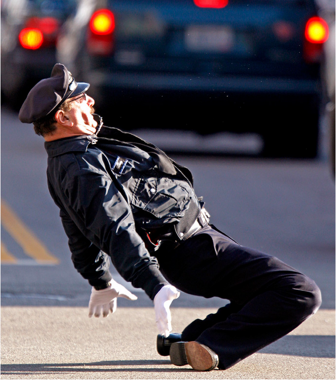 Полицейский танцует на перекрестке