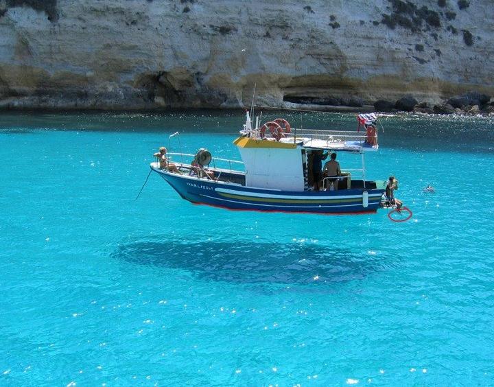 Лодка над прозрачной водой