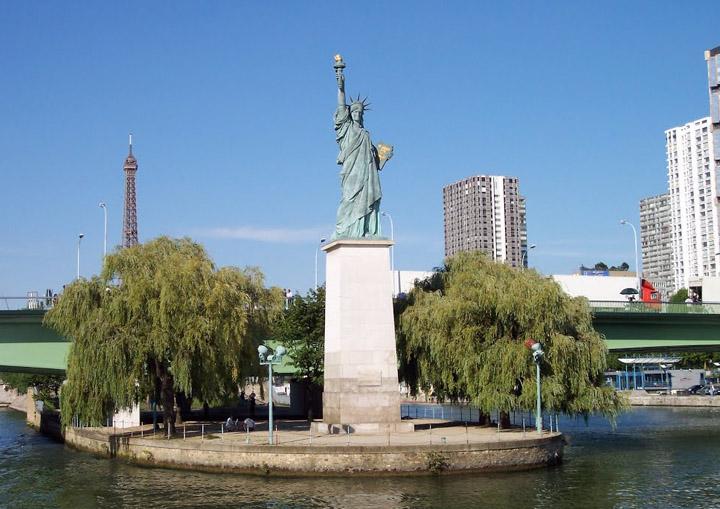 Копия Статуи Свободы в Париже