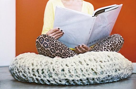 Теплая, вязанная подушка