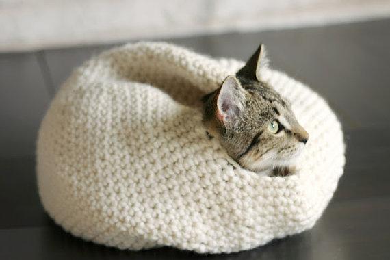 Теплый вязанный домик для кошки