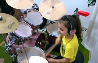 5-летняя девочка играет на ударных кавер песни «Toxicity»