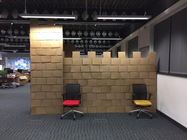 стена замка в офисе