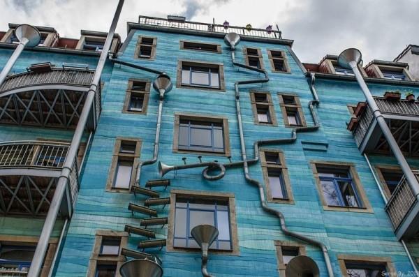 Стена с поющими трубами, Дрезден