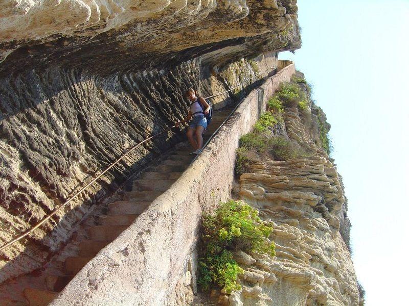 лестница на острове  в скале