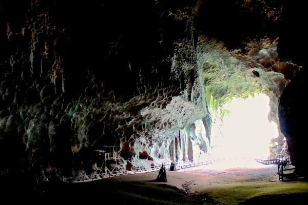 вход в пещеры борнео