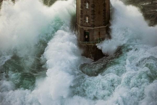 волны и маяк