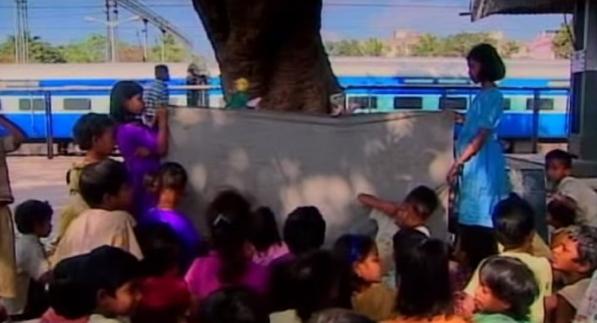школы на железнодорожных платформах Индия