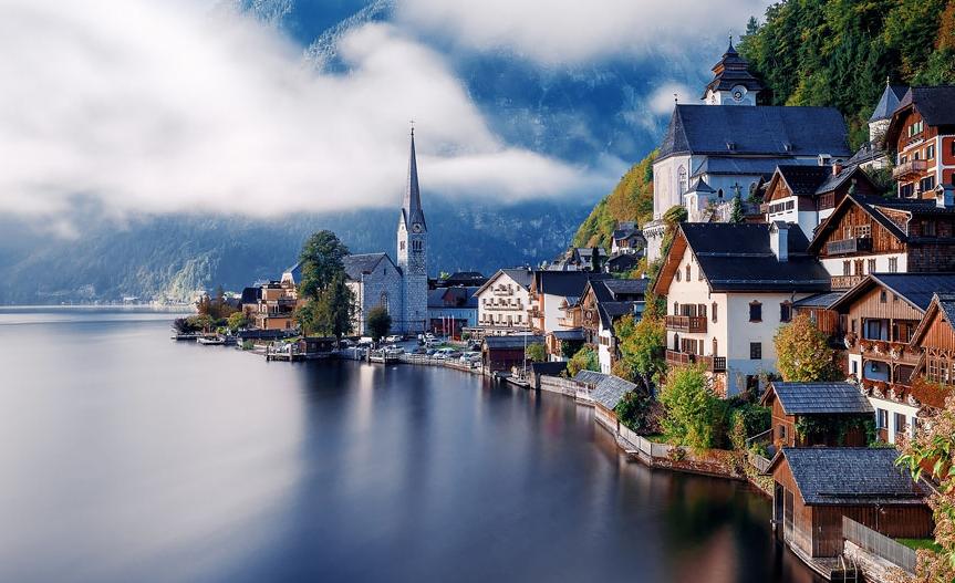 деревня в Австрии на берегу реки