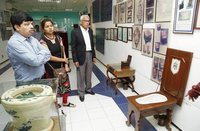 экспонаты индийского музея туалетов