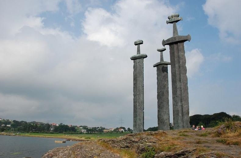 мечи в скале памятник в Норвегии