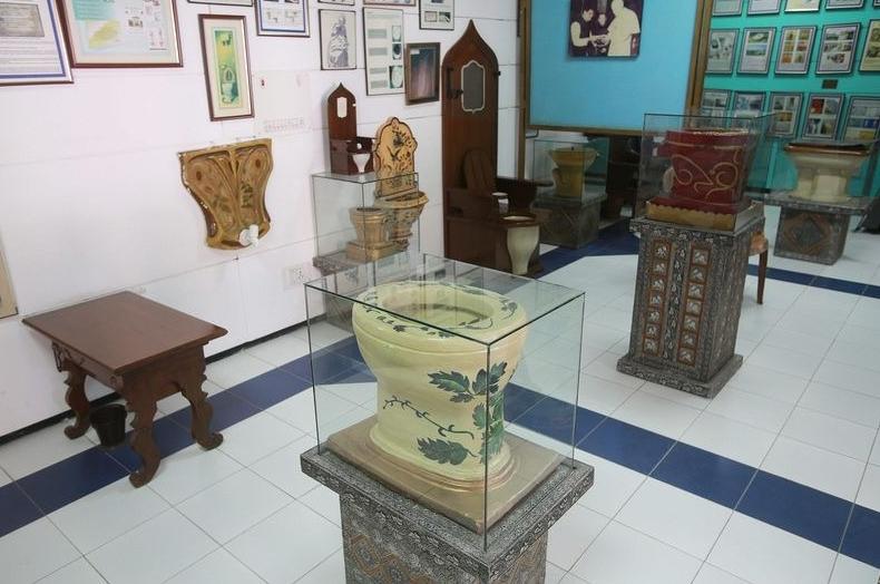необычные унитазы из музея в Индии