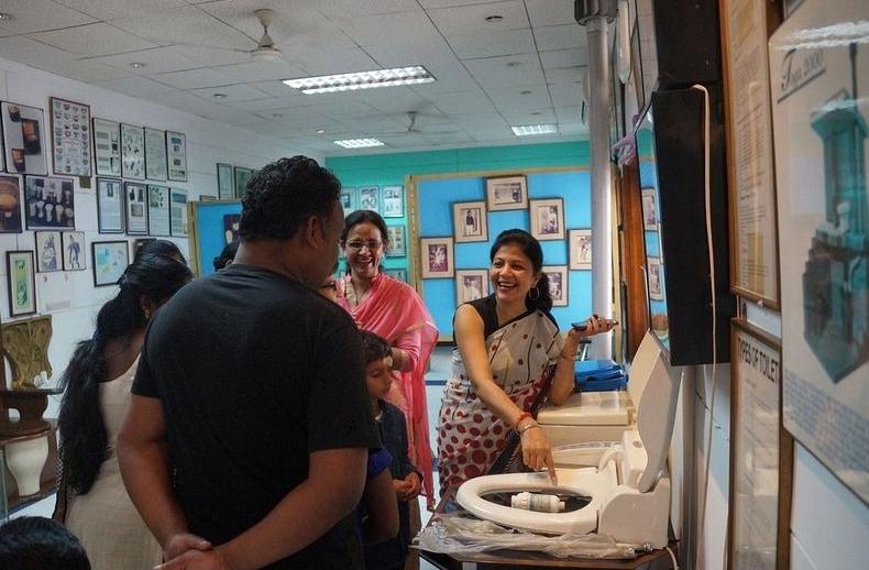 посетители осматривают экспонаты в музее туалетов в Индии