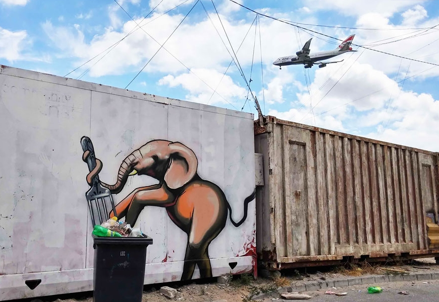 слон нарисованный на контейнере