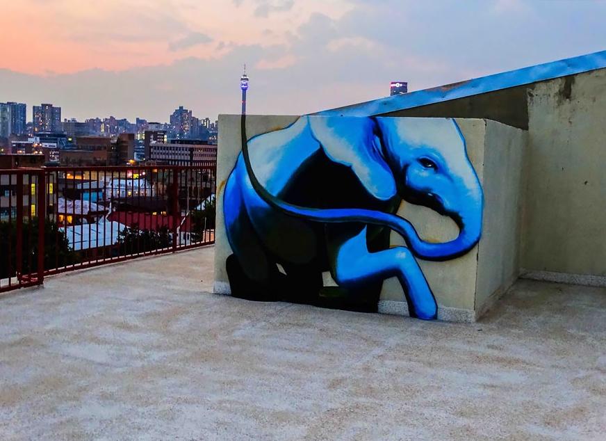слон нарисованный на крыше дома