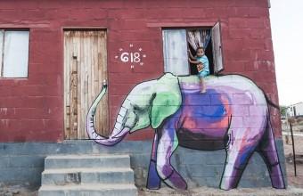 слон нарисованный на стене в африканской деревне
