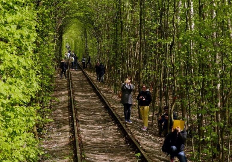туристы в туннеле любви