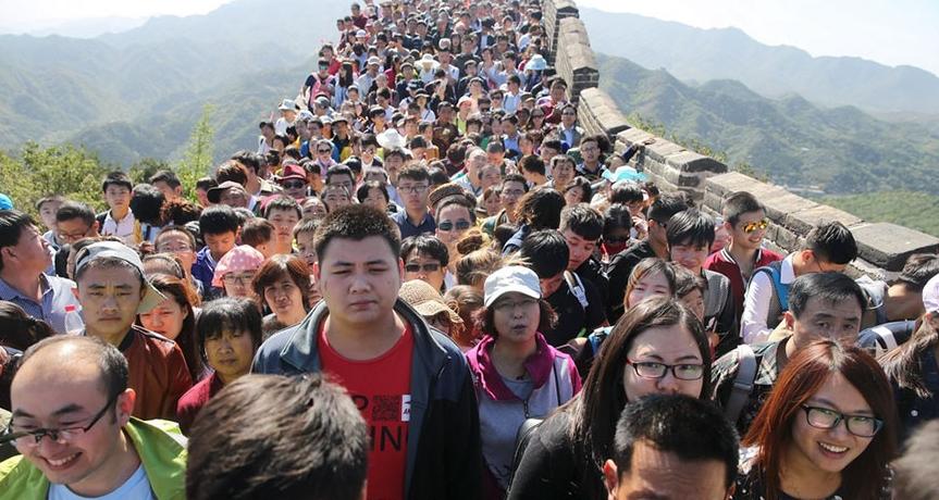 великая китайская стена и туристы