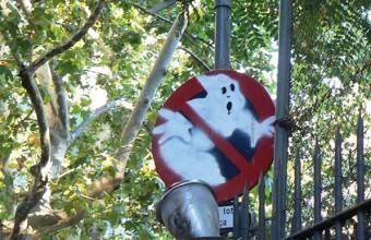 знак охотников за приведениями на улице
