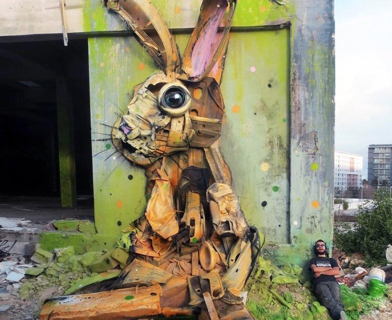 заяц сделанный из мусора