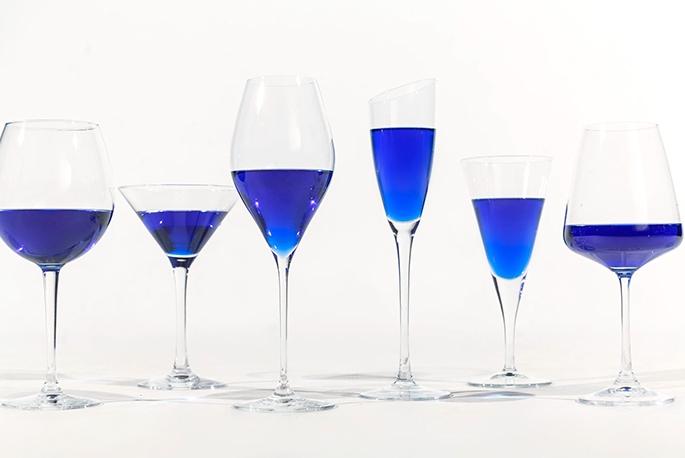 бокалы с синим вином